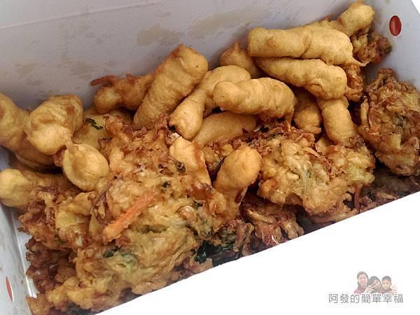 味珍香卜肉店06-外帶盒內的卜肉與炸蔬菜