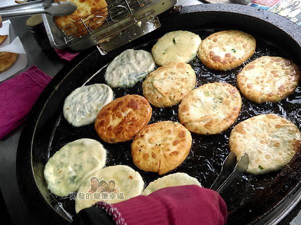 三星-阿婆蔥油餅03-油鍋上的蔥油餅