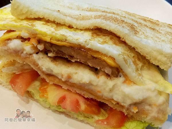 永和-碳之家碳烤三明治08-薯泥豬排蛋碳烤三明治側寫.jpg
