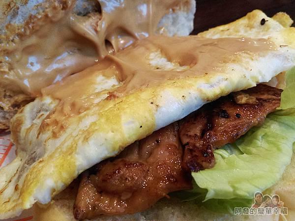 永和-碳之家碳烤三明治10-招牌豬排蛋碳烤漢堡濃厚的花生醬.jpg