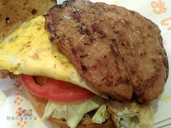 永和-碳之家碳烤三明治15-招牌豬排蛋碳烤貝果側寫.jpg