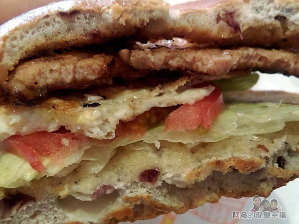 永和-碳之家碳烤三明治16-招牌豬排蛋碳烤貝果切面很厚實.jpg