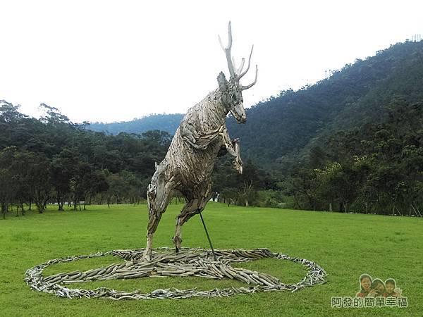B特拉吉斯09-草皮上的藝術造景