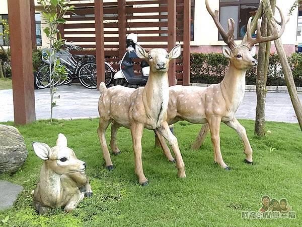 好客三星民宿04-庭院上的梅花鹿塑像