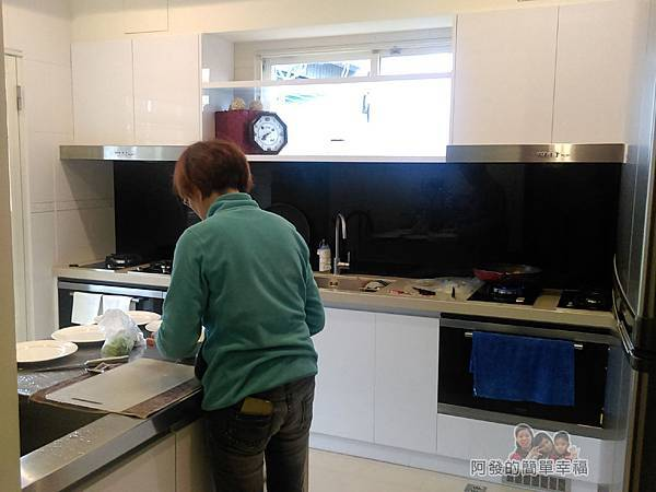 好客三星民宿33-在廚房忙著做早餐的管家阿姨