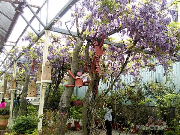 台北花卉村31-新娘禮車停車區-紫藤花叢中十分可愛生動的陶罐猴