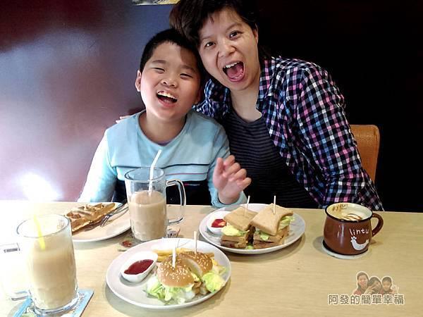 WingFlight飛鏢簡餐27-看這對母子多開心