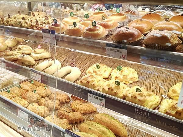 全聯全興店04-麵包區-放在櫃內顯得高級又衛生