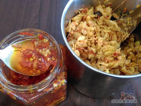卜記專業麵線09-桌上的辣菜脯與蒜頭辣椒