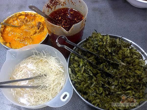 呷霸牛肉麵06-桌上的醬料.jpg