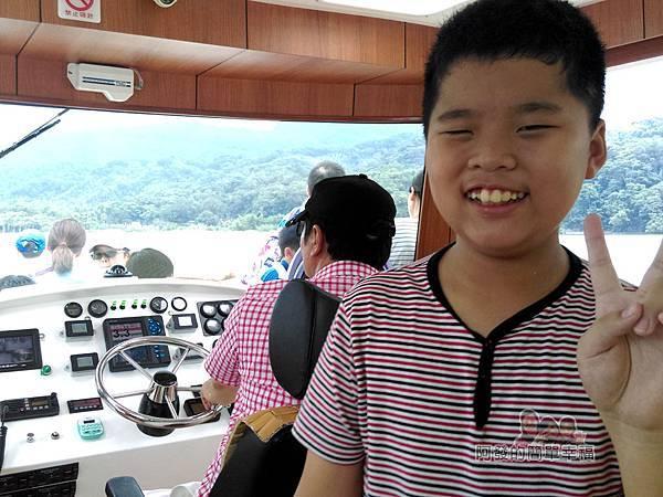 元福小吃店05-明德水庫-乘船遊水庫-開心的兒子