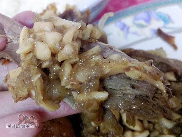 元福小吃店21-香酥肥鴨-鴨肉沾上特製蒜末