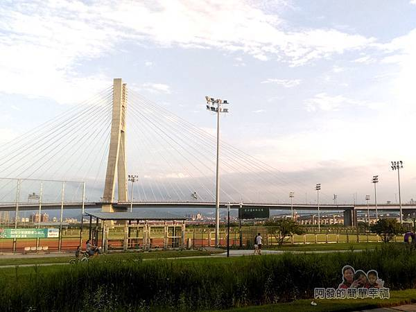 星光夜市12-棒球場與新北大橋