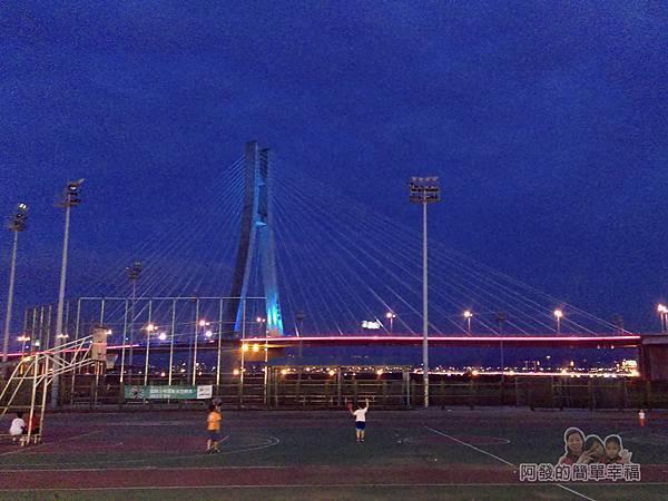 星光夜市35-晚間的籃球場與新北大橋
