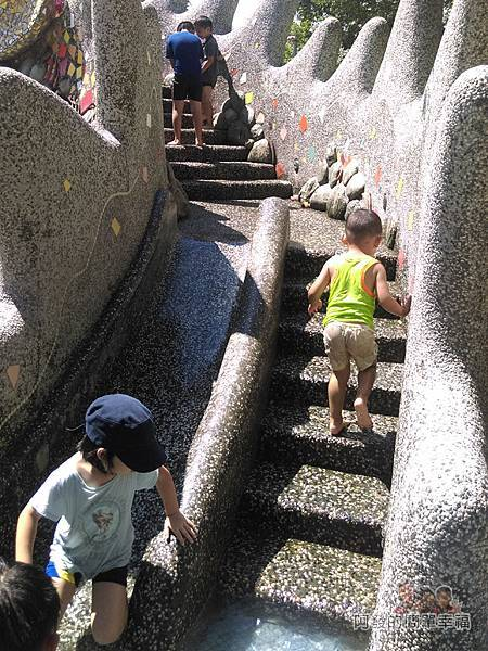 龍潭大池17-神龍戲水溜滑梯-階梯旁有座小小型溜滑梯