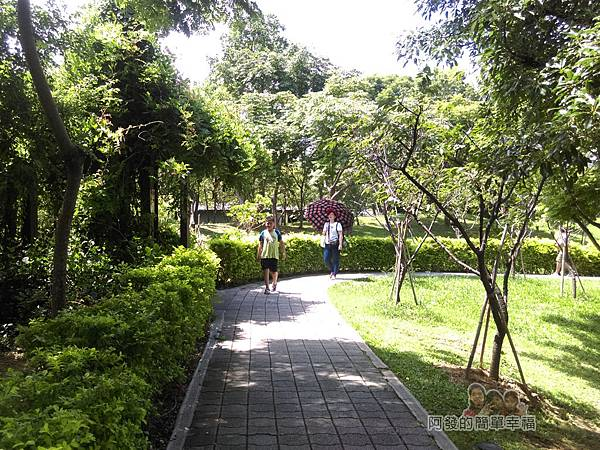 龍潭大池30-翠綠的人行步道