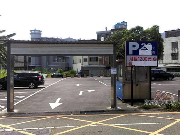龍潭大池33-老人會館入口對面有收費停車場
