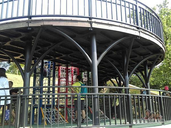 青青草原13-雙層觀景遊戲平台-外觀如樹屋