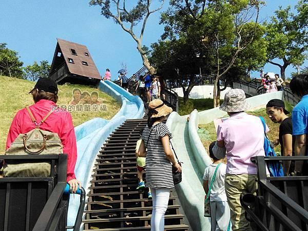 青青草原16-藍色與綠色磨石子溜滑梯人潮
