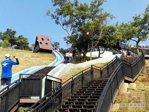 青青草原17-藍色與綠色磨石子溜滑梯一景