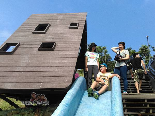 青青草原20-藍色磨石子溜滑梯-大人小孩都開心