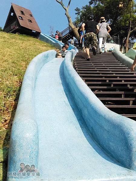 青青草原22-藍色磨石子溜滑梯-順著山坡設計溜下