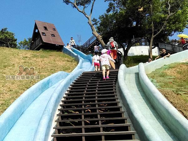 青青草原23-藍色與綠色磨石子溜滑梯一景