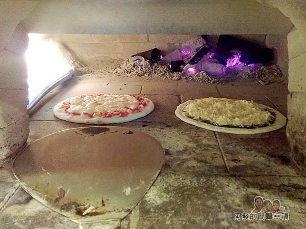 紅鬍子手工窯烤披薩11-窯內火烤