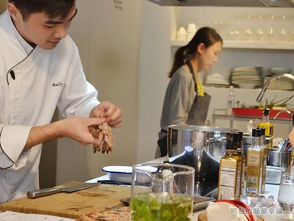 小磨坊廚藝活動09-蒜油明蝦義大利麵-處理明蝦