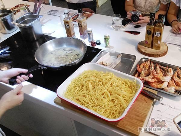 小磨坊廚藝活動14-蒜油明蝦義大利麵-下入半熟的義大利麵條