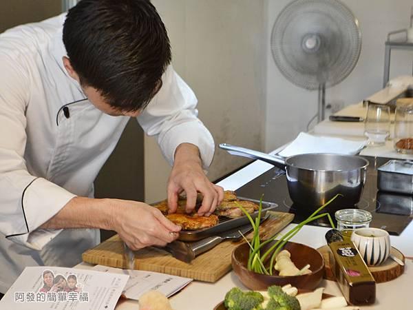 小磨坊廚藝活動22-香煎雞腿佐青蔥醬-插探針確認熟度
