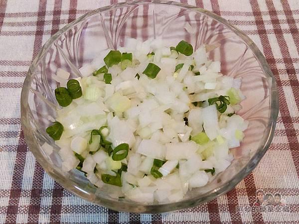 香煎雞腿排佐青蔥醬04-青蔥與洋蔥切碎