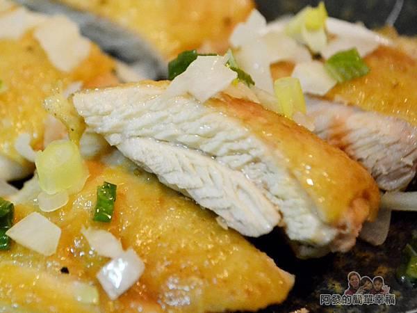 香煎雞腿排佐青蔥醬10-皮酥脆肉鮮嫩