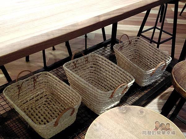 喜悅早餐坊08-餐桌下的置物籃