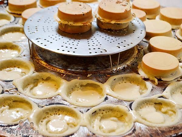 晴光紅豆餅03-烤盤上先塗上一層麵糊
