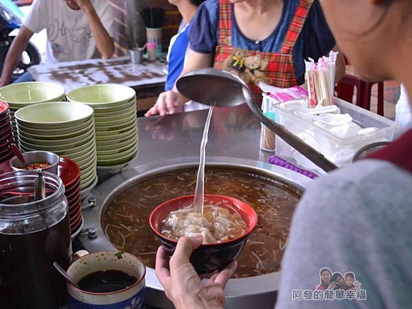林記香菇赤肉羹04-勺湯