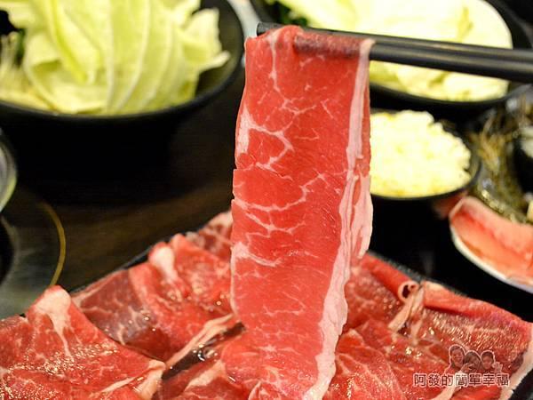 鍋饕精饌涮涮鍋22-紅酒牛肉-有著雪花紋路的大大一片