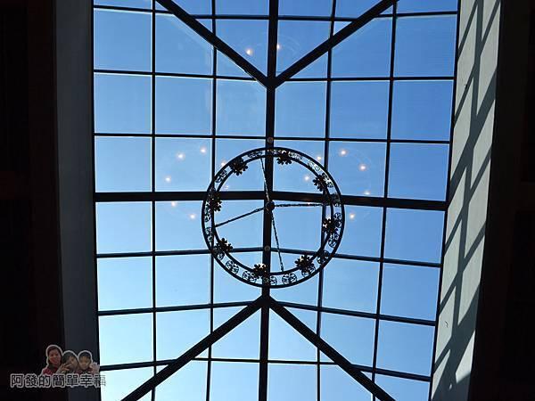 金車伯朗城堡咖啡館18-城堡1館-屋頂中央為一扇透明天窗