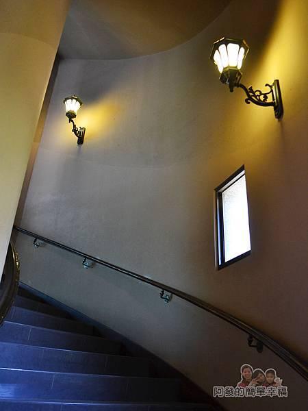 金車伯朗城堡咖啡館19-城堡1館-往2樓的階梯