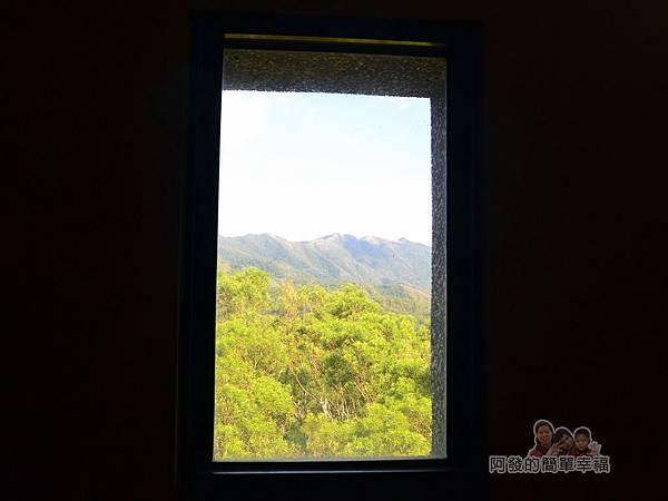 金車伯朗城堡咖啡館20-城堡1館-階梯中的窗與風景如一幅掛畫