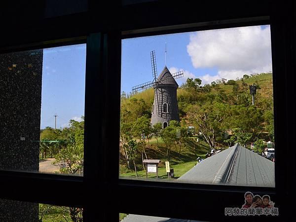 金車伯朗城堡咖啡館25-城堡1館-2樓-窗外的大風車