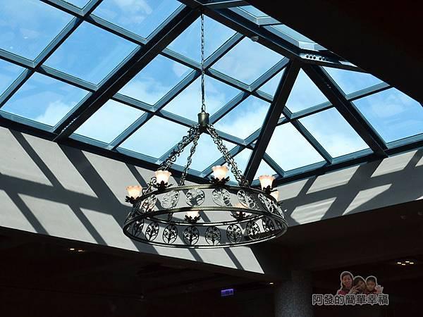 金車伯朗城堡咖啡館26-城堡1館-2樓-吊燈天窗與藍天白雲