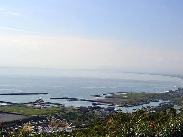 金車伯朗城堡咖啡館37-城堡2館一旁的小山丘上遠眺烏石漁港