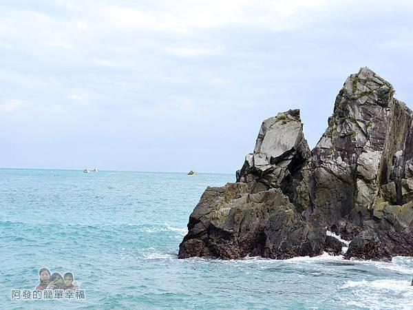 蘇澳粉鳥林20-岩石與海中的小漁船