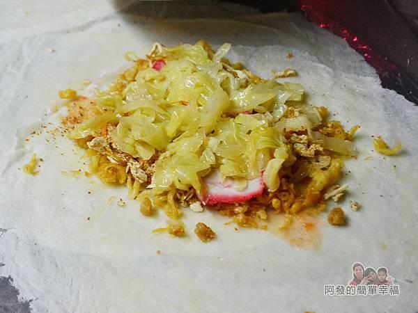 新莊媽祖廟口潤餅捲08-放上紅燒肉高麗菜