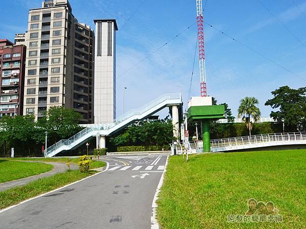 新店溪右岸10-古亭河濱公園-右上橋往客家文化中心-左往中正河濱公園