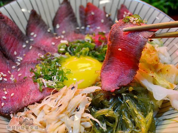 新宿食事處39-日出牛排丼-牛肉特寫