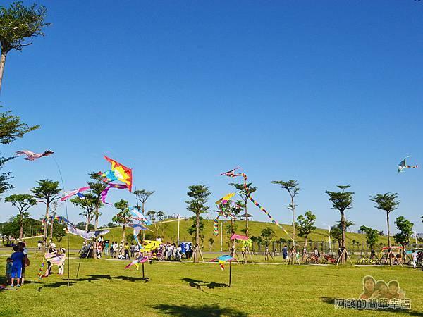 八里-十三行文化公園01-入口處風箏繽紛飄揚