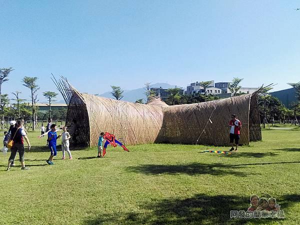 八里-十三行文化公園02-入口處草皮上的藤編涼亭