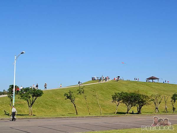 八里-十三行文化公園05-公園中央為一座小山丘